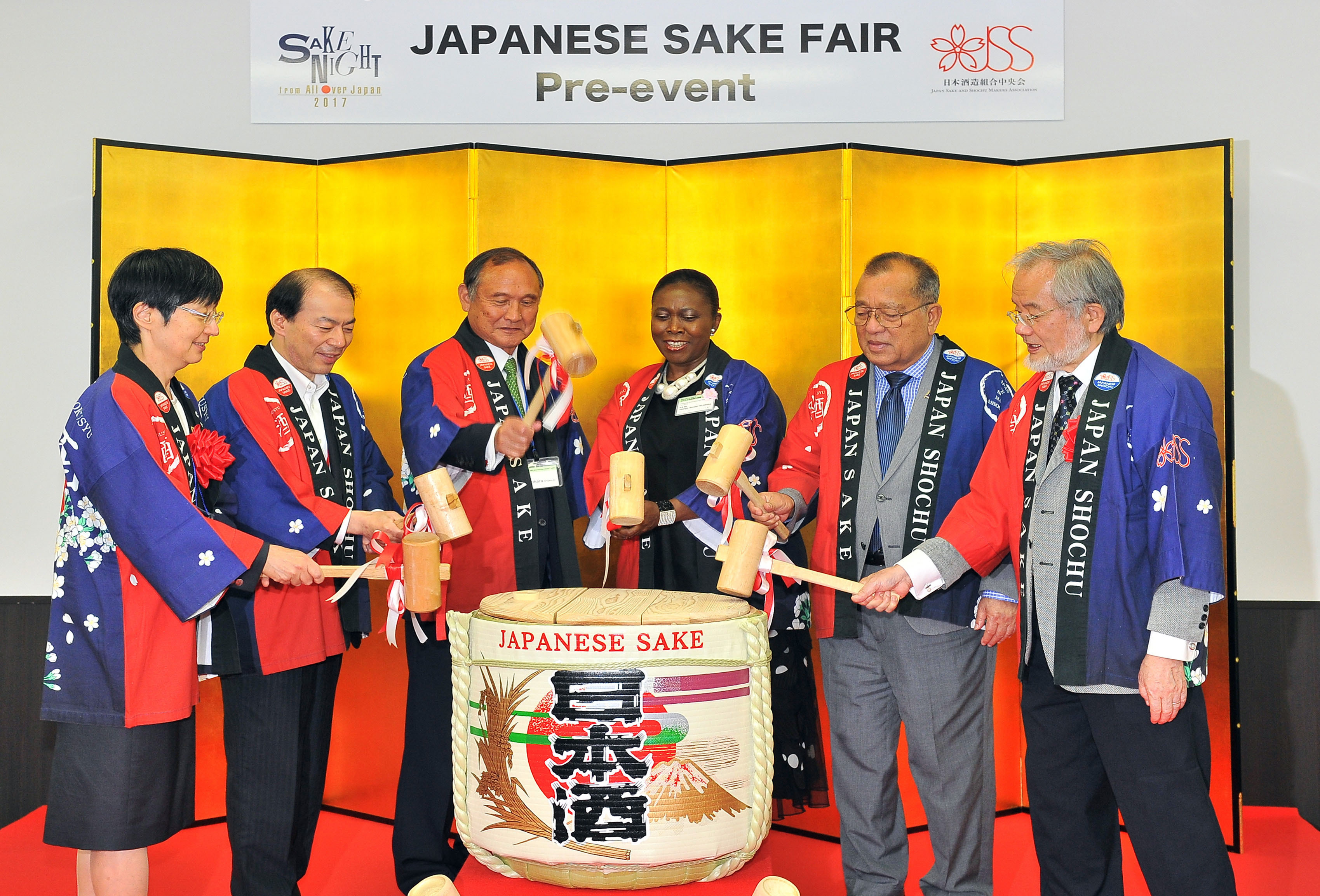 A barrel of sake is broken by guests at Japanese Sake Fair 2017 at Ikebukuro Sunshine City on June 16. Participants are (from left) National Research Institute of Brewing President Nami Goto; Norio Yamana, deputy commissioner of the Commissioner's Secretariat at the National Tax Agency; Shigeyuki Shinohara, chairman of the Japan Sake and Shochu Makers Association; Liberian Ambassador Youngor Sevelee Telewada; Marshall Islands Ambassador Tom Kijiner; and Yoshinori Ohsumi, honorary professor at the Tokyo Institute of Technology and winner of the 2016 Nobel Prize in physiology and medicine. |  YOSHIAKI MIURA