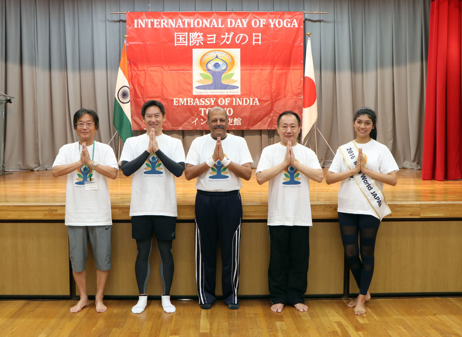 Indian Ambassador Sujan R. Chinoy (center) poses for a photo with (from left) Toshitsugu Wada, the principal of Taimei Elementary School, Tokyo; Japan Sports Agency Commissioner Daichi Suzuki; Hiroshi Yamada, Upper House member and secretary-general of the Parliamentary League for the Promotion of Yoga in Japan; and Miss Japan Priyanka Yoshikawa on the third International Day of Yoga in Taimei Elementary School in Ginza on June 18. |  PHOTO COURTESY OF INDIA EMBASSY