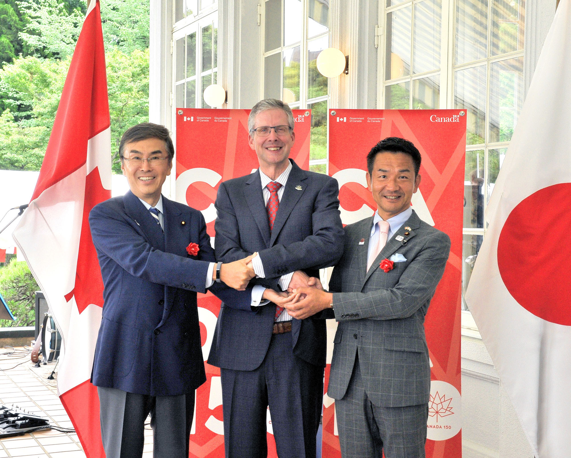 Canadian Ambassador Ian Burney (center) poses with Nobuteru Ishihara (left), minister in charge of economic revitalization, and Kiyoshi Odawara, parliamentary vice-minister of foreign affairs, during a reception to mark Canada Day in Tokyo on June 30. |  YOSHIAKI MIURA