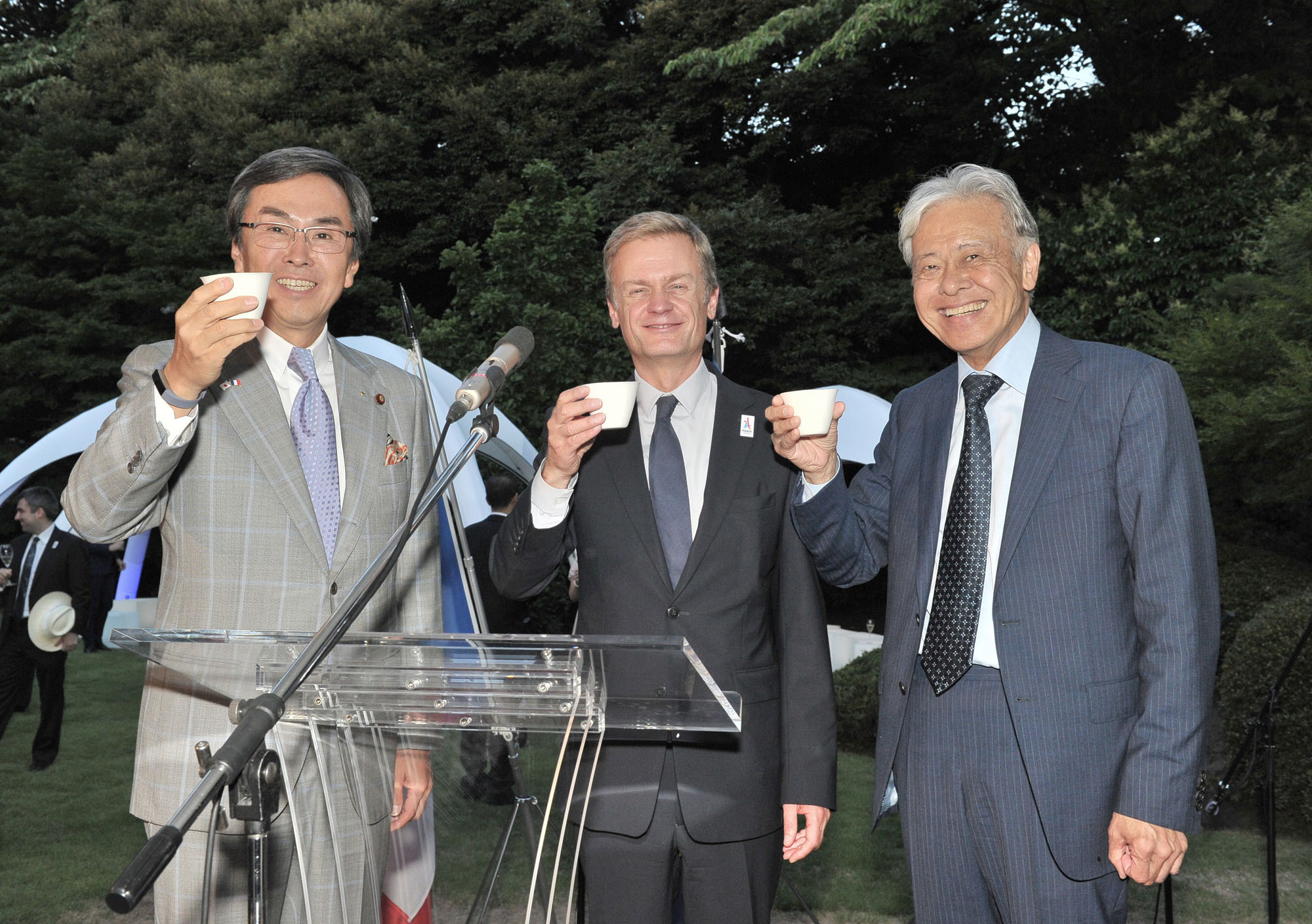 French Ambassador Laurent Pic (center) makes a toast with Nobuteru Ishihara, minister of economic revitalization and chairman of the Japan-France Friendship Group (left), and Japan Foundation President Hiroyasu Ando during a reception at the ambassador's residence in Tokyo to celebrate Bastille Day on July 14. |  YOSHIAKI MIURA