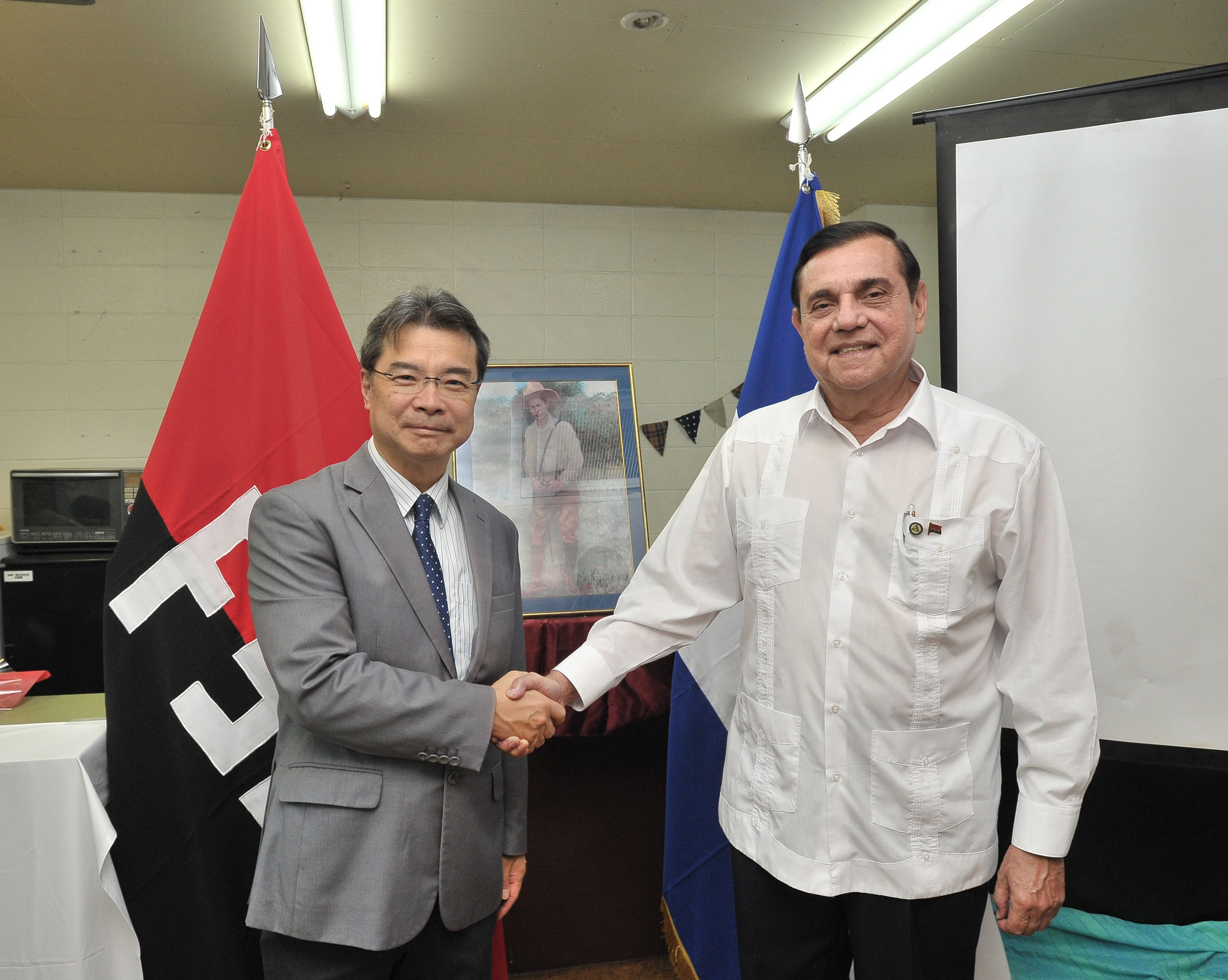 Nicaraguan Ambassador Saul Arana Castellon (right) greets Tatsuya Yoshioka, founder and director of nongovernment organization Peace Boat, at a conference in Tokyo titled Nicaragua: Path to Peace on the 38th anniversary of the Nicaraguan Revolution on July 19. |  YOSHIAKI MIURA