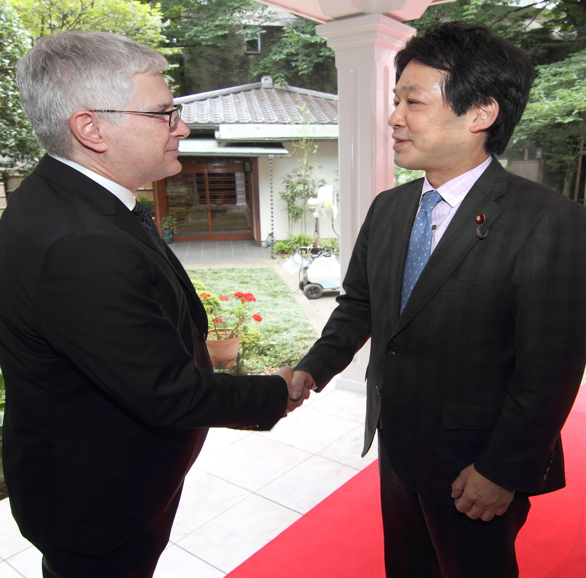 Colombian Ambassador Gabriel Duque (left) welcomes State Minister for Foreign Affairs Kentaro Sonoura during a reception to celebrate Colombia's independence at the ambassador's residence on July 20. |  COURTESY OF THE COLOMBIAN EMBASSY