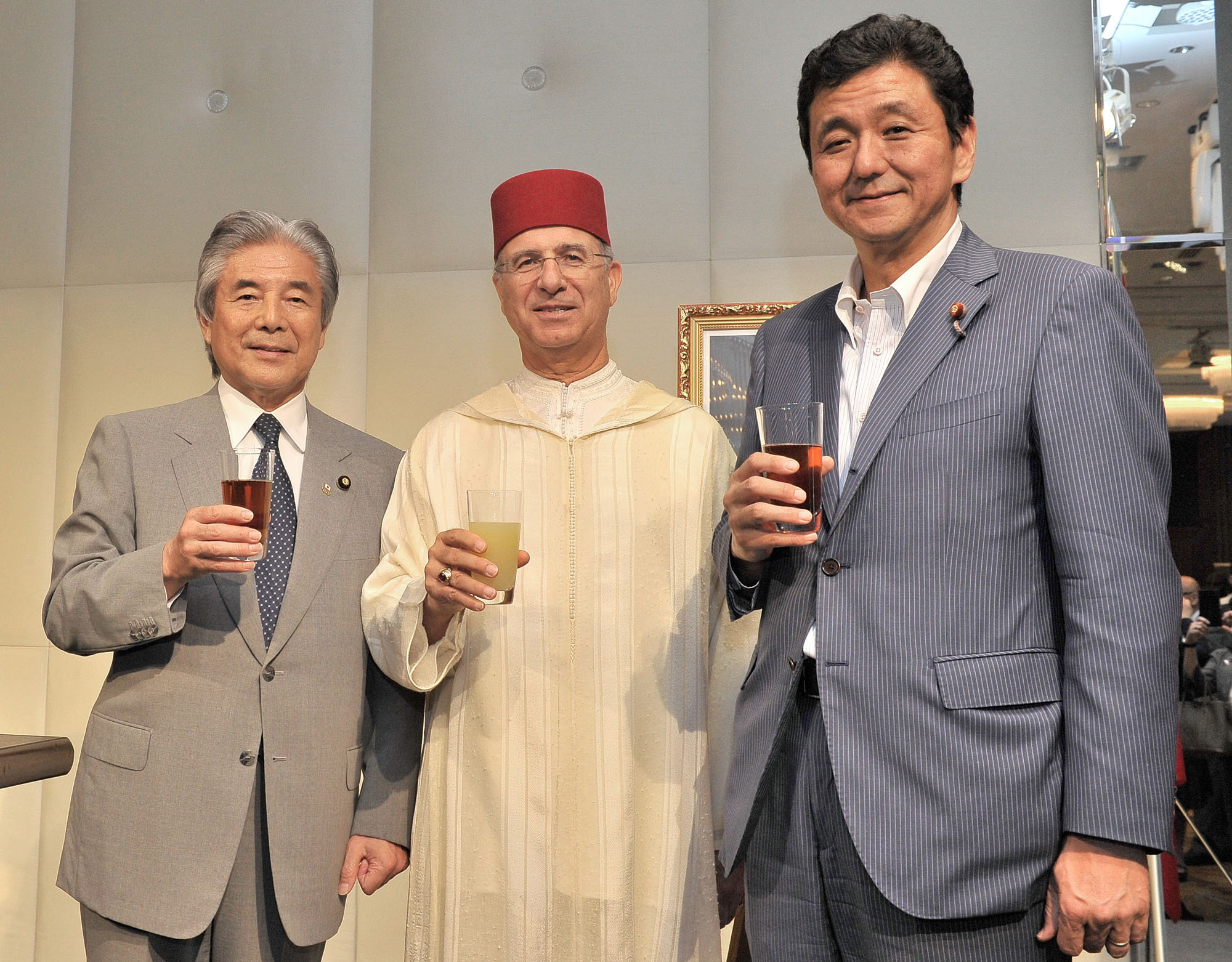 Moroccan Ambassador Rachad Bouhlal (center) poses for a photo alongside Hirofumi Nakasone (left), president of the Japan-Morocco Parliamentary League, and Nobuo Kishi, state minister of foreign affairs, during a reception at Palace Hotel Tokyo on July 31 to celebrate the anniversary of Mohammed VI's accession to the throne. |  YOSHIAKI MIURA