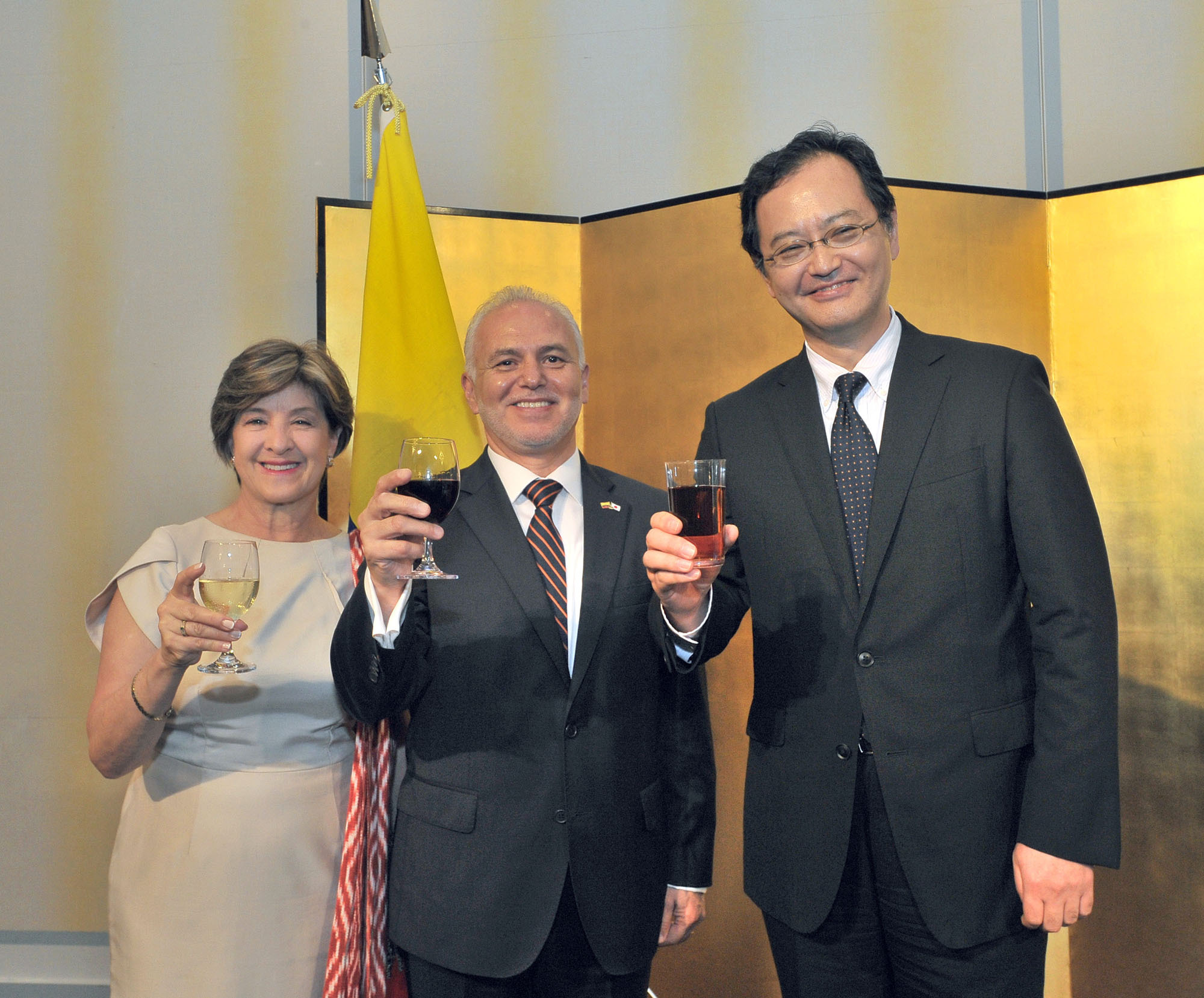 Ecuadorian Ambassador Jaime Barberis (center) and his wife, Maria, celebrate Ecuador's independence day with Takahiro Nakamae, director-general of the Foreign Ministry's Latin American and Caribbean Affairs Bureau, during a reception at Hotel New Otani in Tokyo on Aug. 10. |  YOSHIAKI MIURA