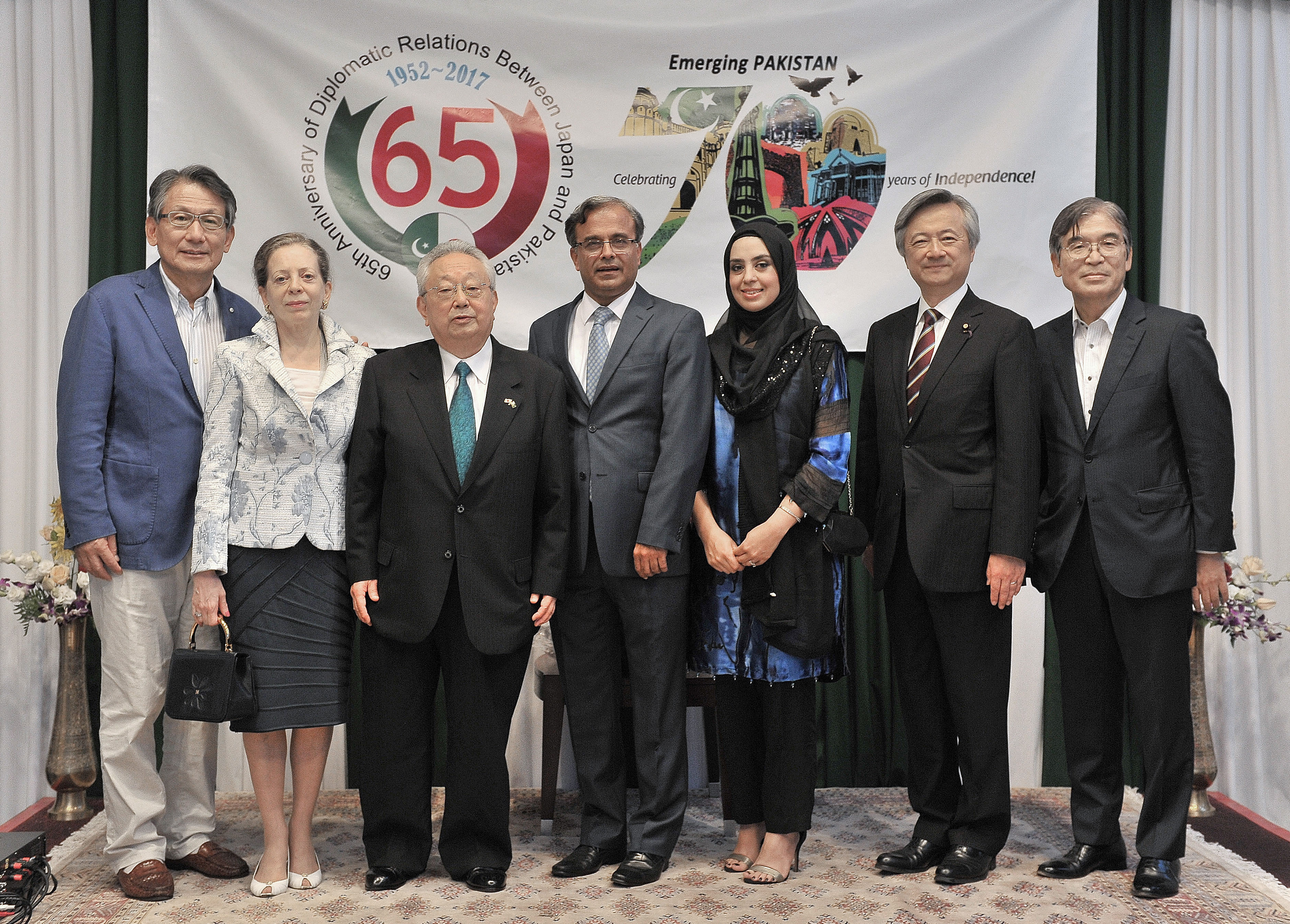 Pakistan Ambassador Asad Majeed Khan (center) and his wife, Zunaira Asad Khan (third from right) welcome (from left) former Ambassador to Pakistan Nobuaki Tanaka and his wife, Tanaka; Shun Imaizumi, president of the Japan-Pakistan Association; Lower House lawmaker Shinkun Haku; and former Ambassador to Pakistan Seiji Kojima during an event that was held at the Pakistan Embassy in Tokyo on Aug. 18 to celebrate the 65th anniversary of Pakistan-Japan diplomatic relations. | YOSHIAKI MIURA