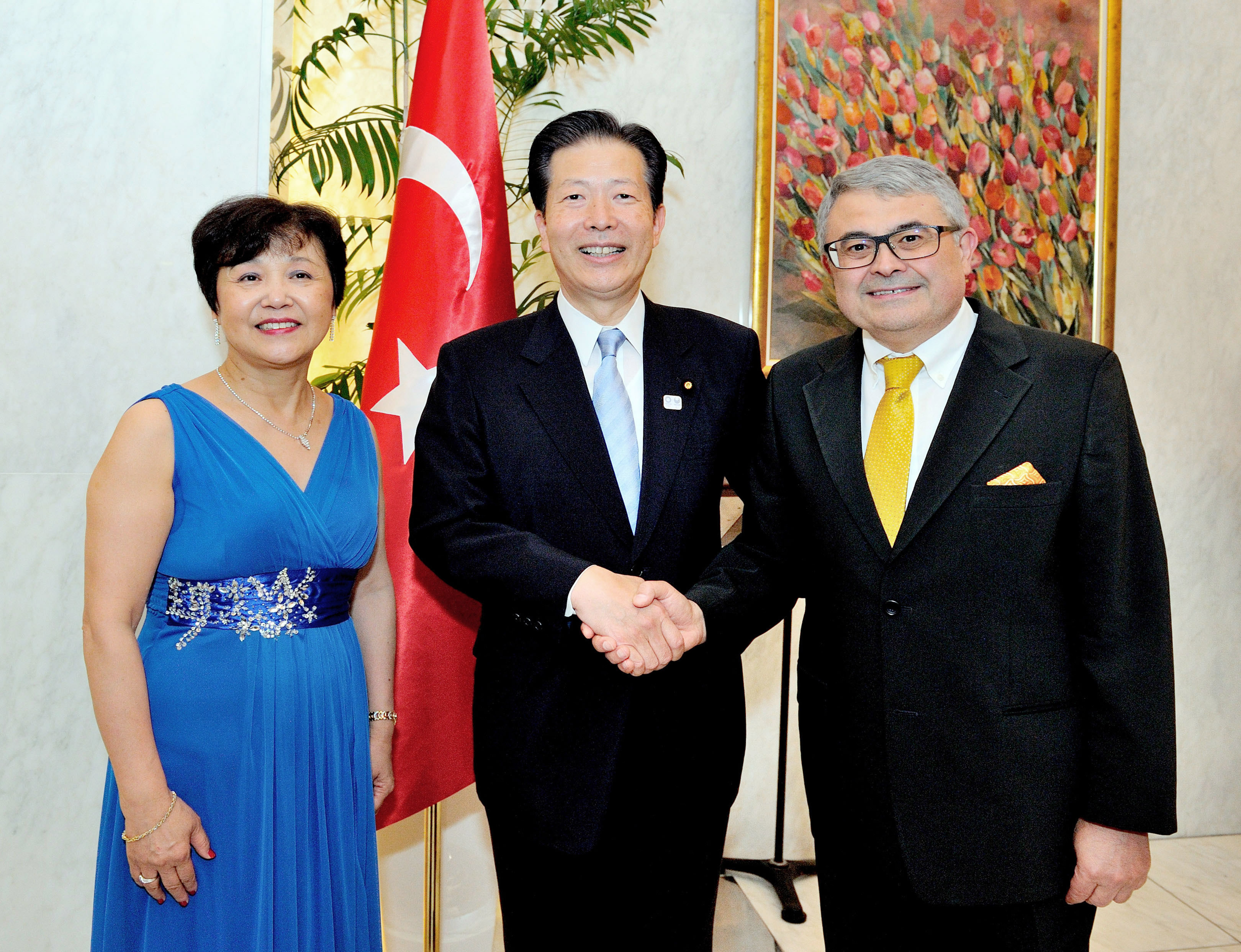 Turkish Ambassador Ahmet Bulent Meric (right) and his wife, Kumiko, pose for a photo with Komeito leader Natsuo Yamaguchi during a farewell reception at the ambassador's residence on Sept. 8. |  YOSHIAKI MIURA