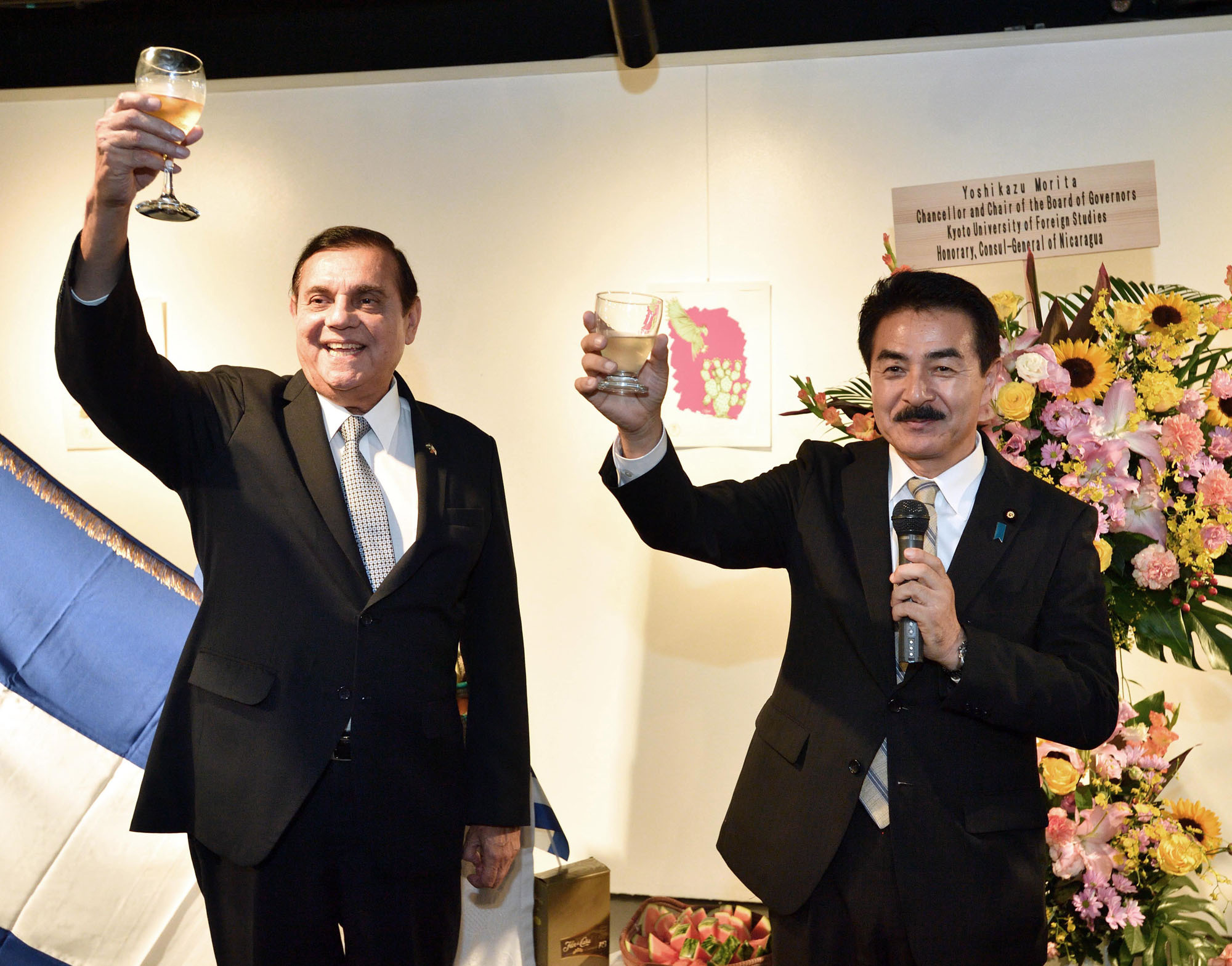 Nicaraguan Ambassador Saul Arana Castellon (left) leads a toast with Masahisa Sato, senior vice minister for foreign affairs, during a reception to celebrate Nicaragua's national day at Instituto Cervantes in Tokyo on Sept. 14. |  YOSHIAKI MIURA