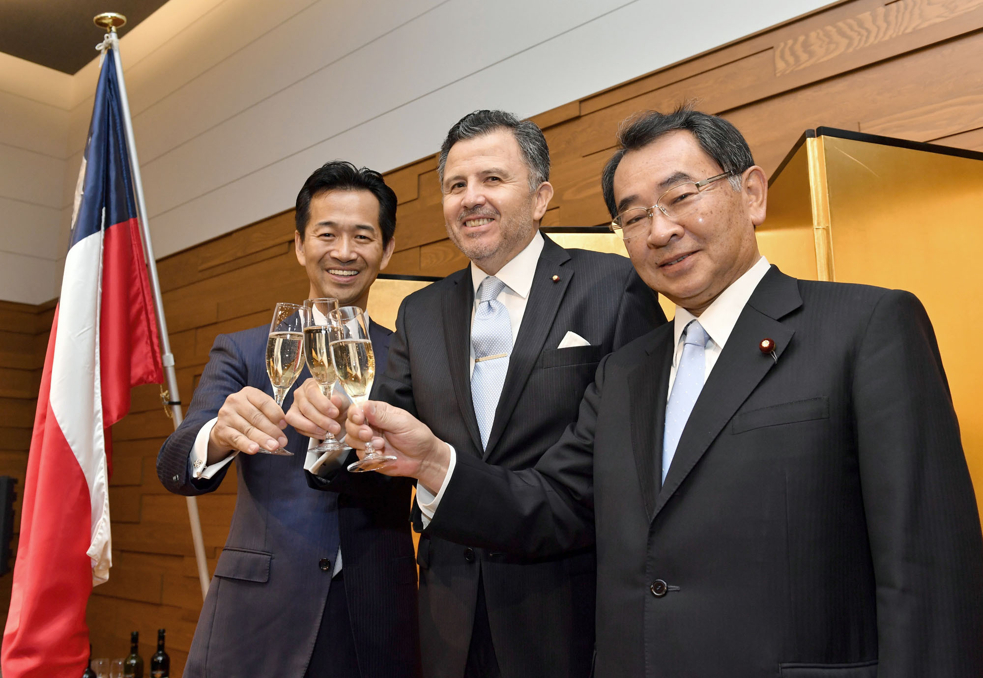Chilean Ambassador Gustavo Ayares (center) joins Mitsunari Okamoto, parliamentary vice foreign minister (left), and Ryu Shionoya, president of the Japan-Chile Parliamentary Friendship League, during a reception to celebrate the 207th anniversary of Chile's independence at International House of Japan in Tokyo on Sept. 20. |  YOSHIAKI MIURA
