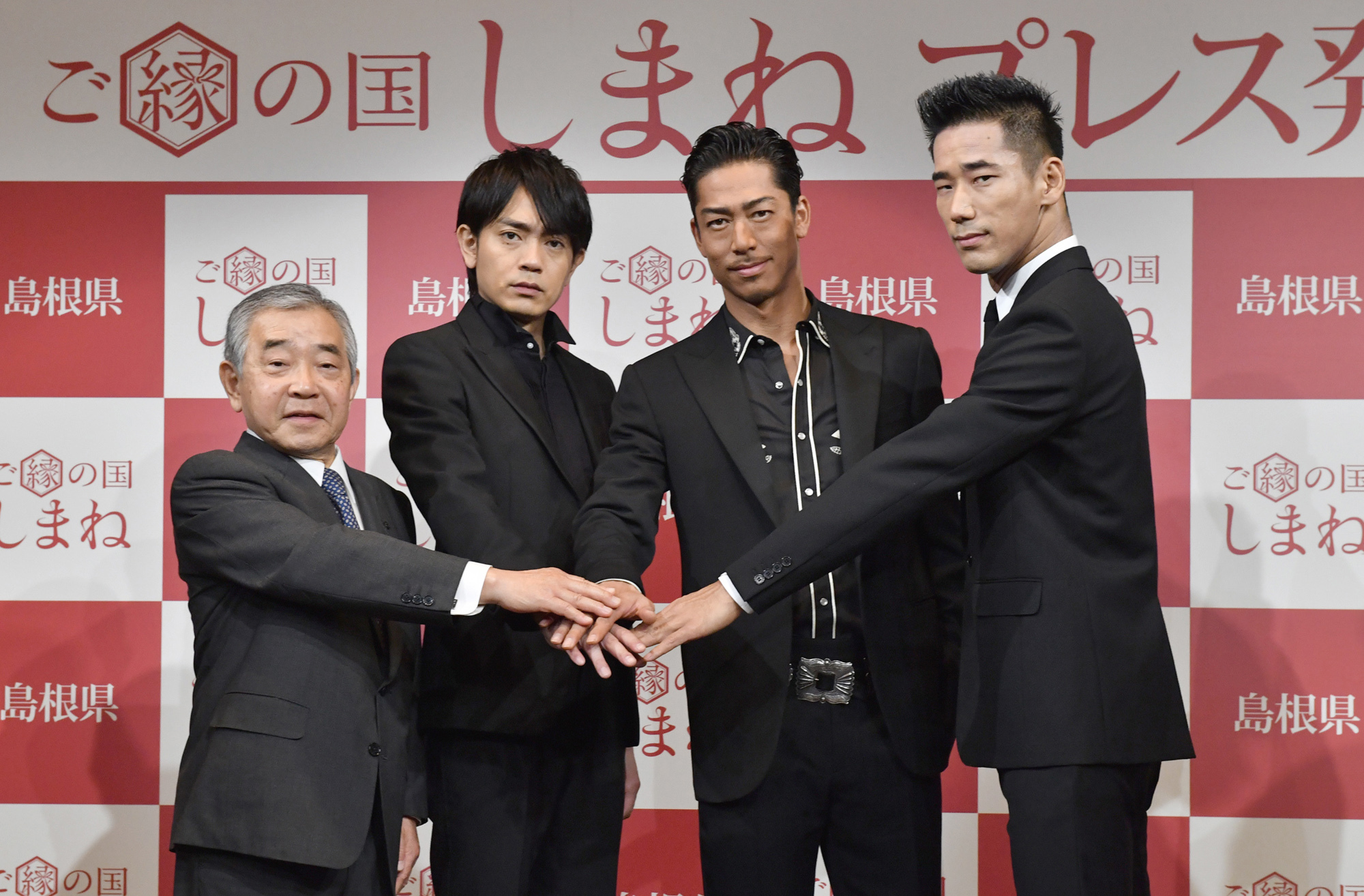 "Shimane Gov. Zembee Mizoguchi (left) joins Exile group members Sho Aoyagi, Akira and Naoki Kobayashi at the ""Goen no Kuni Shimane'' event to promote the prefecture at Hotel Gajoen Tokyo on Oct. 5. 