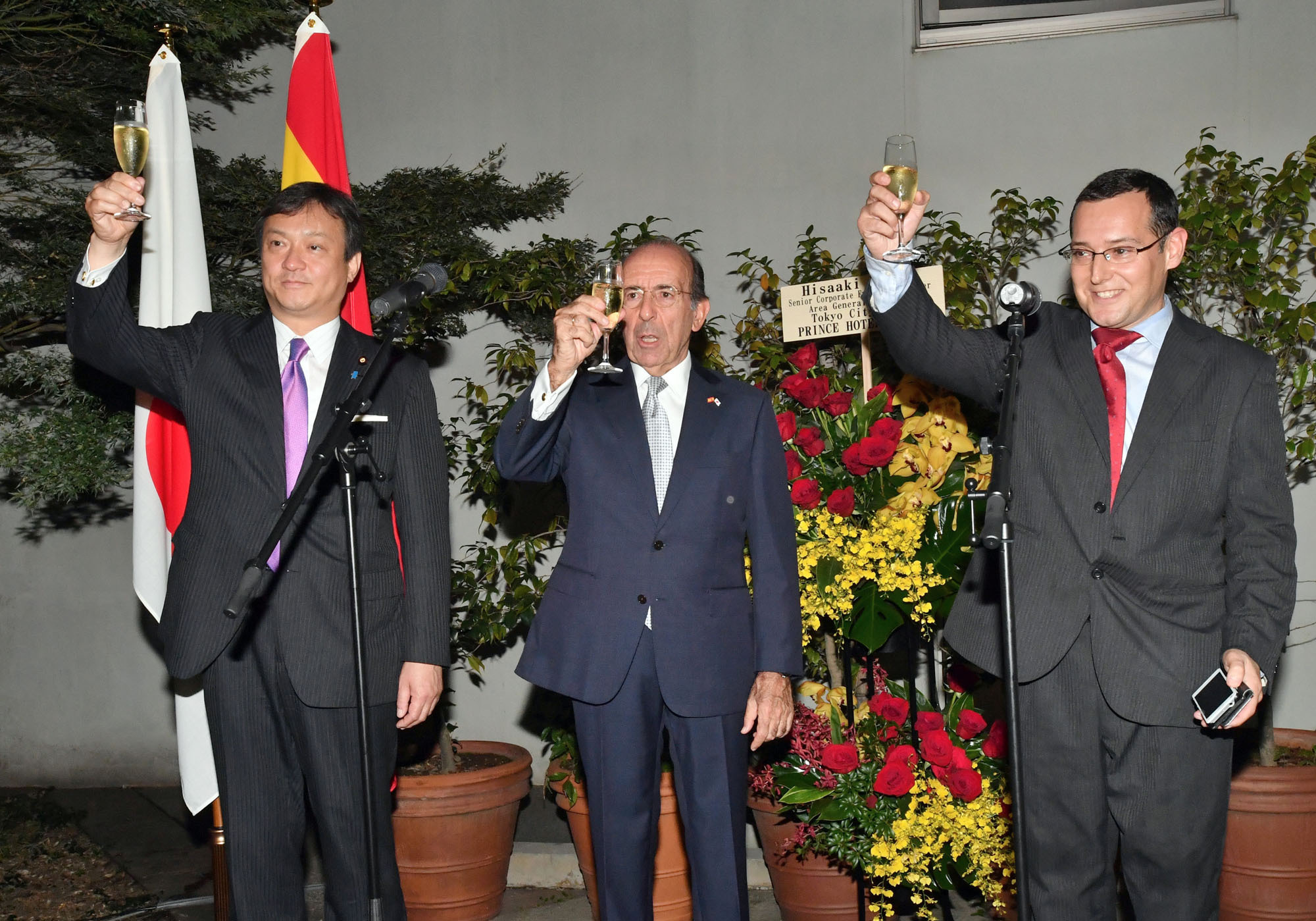 Spanish Ambasador Gonzalo de Benito (center) thanks guests in a toast with Iwao Horii (left), parliamentary vice-minister of the Foreign Ministry, and Carlos Ramos, director of the Spanish Chamber of Commerce in Japan, during a reception to celebrate Spain's national day at the embassy on Oct. 12. |  YOSHIAKI MIURA
