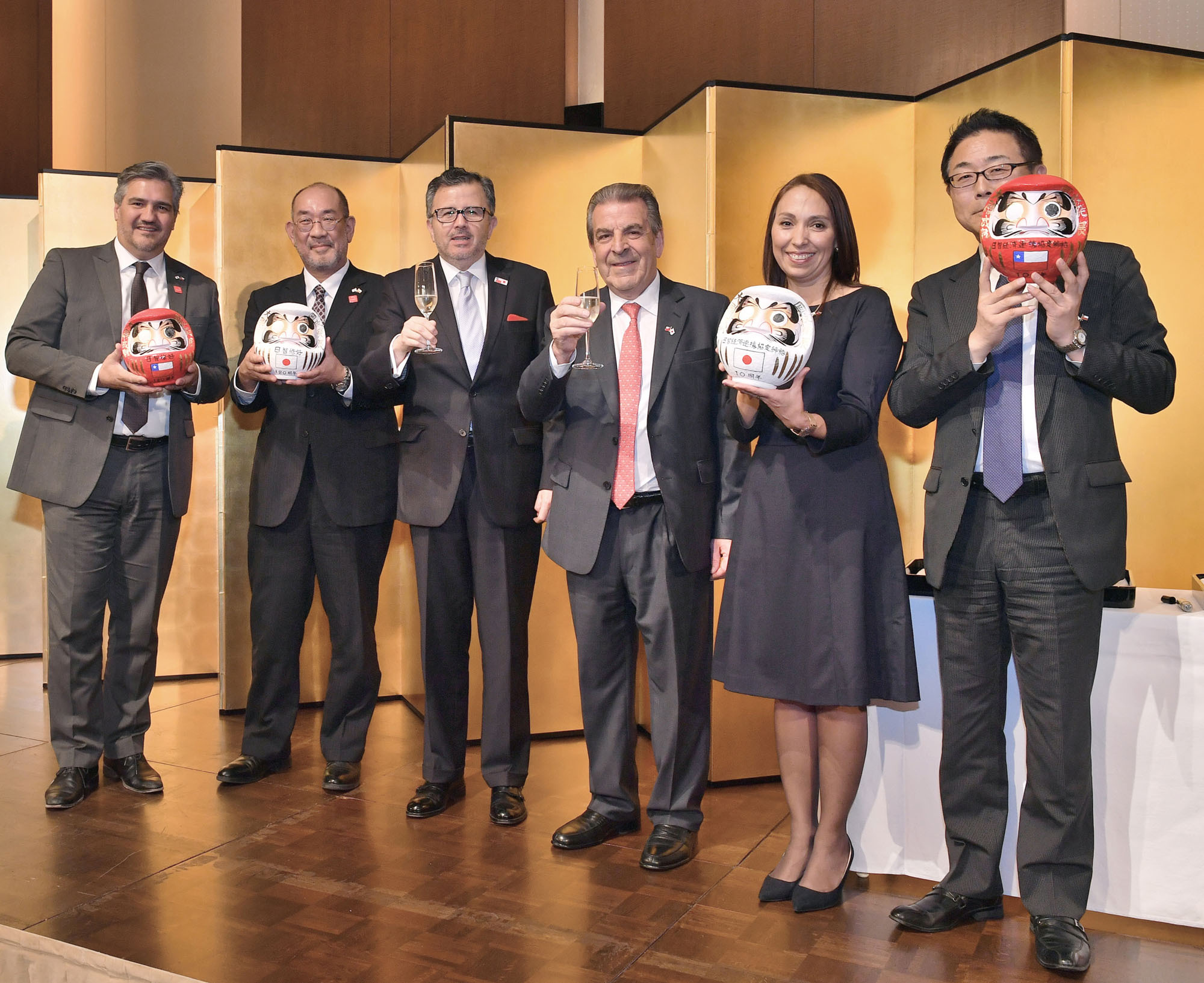Eduardo Frei, former president of Chile (third from right), poses for a photo with (from left) Alejandro Buvnic, director of ProChile; Naoyoshi Noguchi, executive vice president of JETRO; Gustavo Ayares, ambassador of Chile; Paulina Nazal, vice minister of commerce; and Kazuhiko Koshikawa, executive senior vice president of JICA, during a dinner to mark the 120th anniversary of the establishment of diplomatic relations between Japan and Chile at Hotel Conrad, Tokyo on Oct. 18. |   YOSHIAKI MIURA