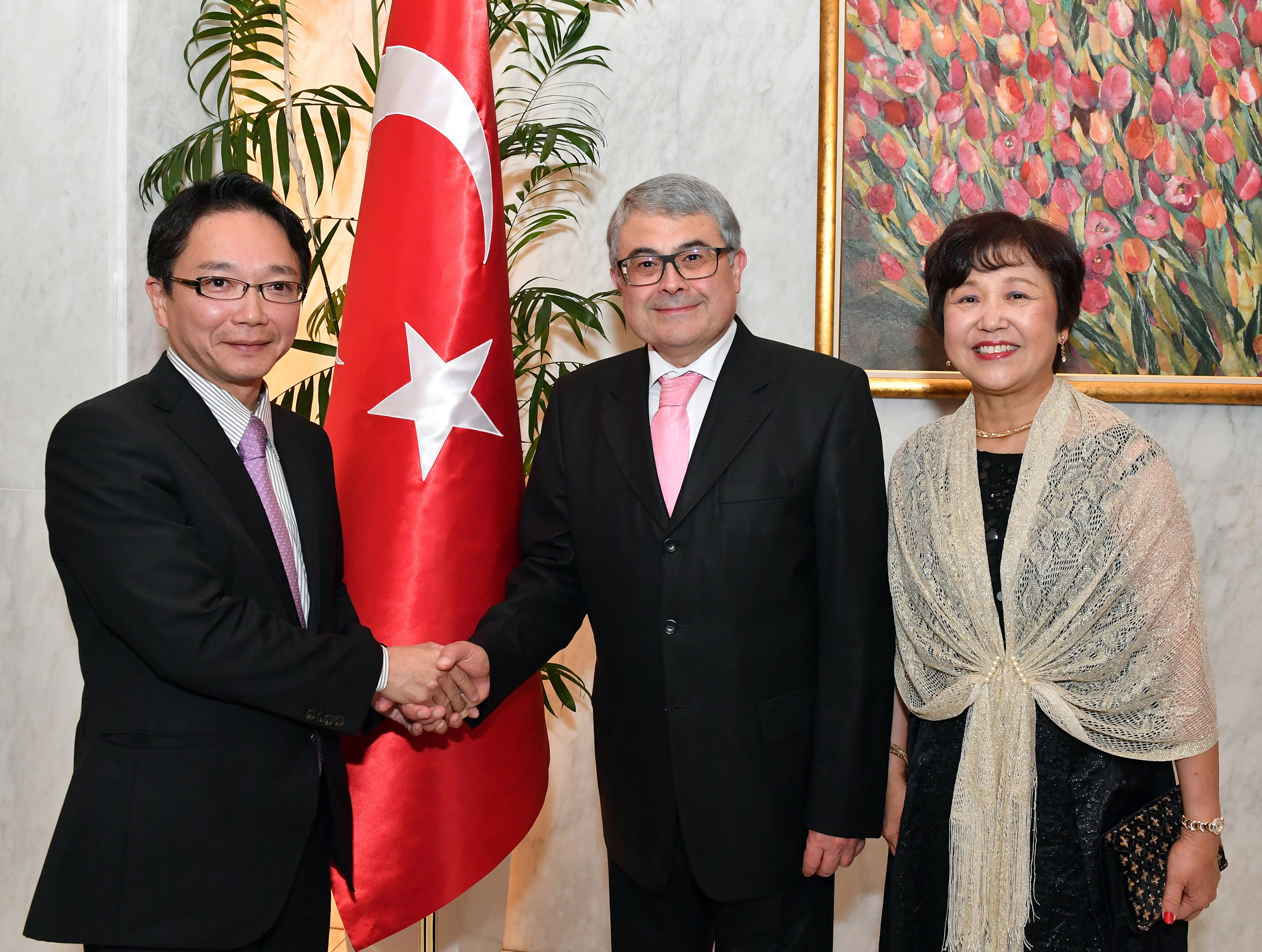 Turkish Ambassador Ahmet Bulent Meric (center) and his wife, Kumiko, welcome Keitaro Ono, parliamentary vice-minister of defense, during a reception to celebrate Turkey's national day at the ambassador's residence in Tokyo on Oct. 26. |  YOSHIAKI MIURA