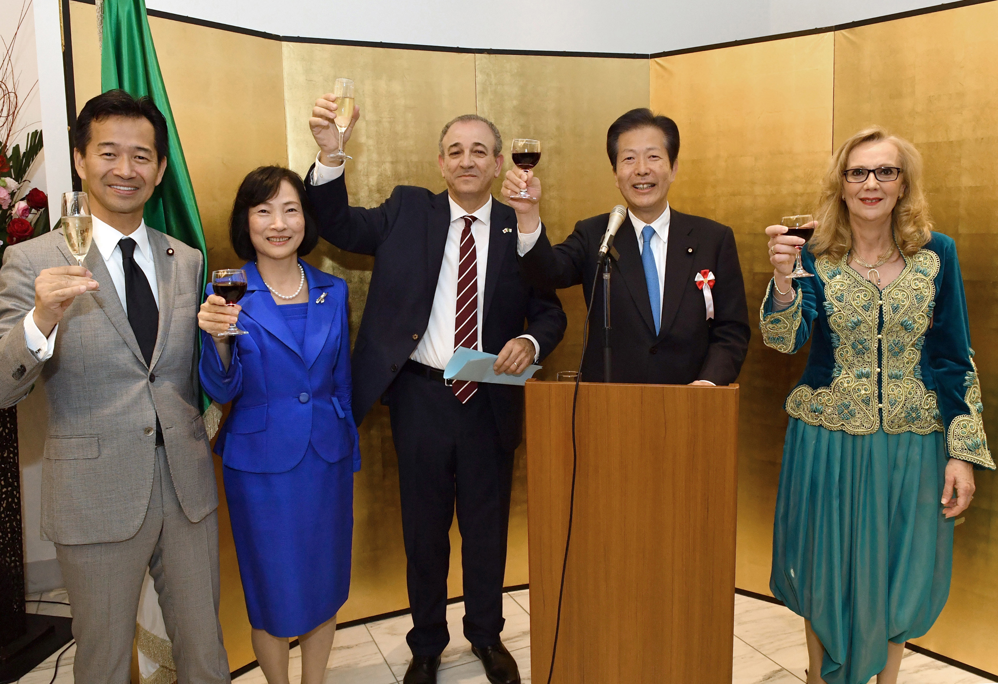 Algerian Ambassador Mohamed El Amine Bencherif (center) leads a toast with (from left) Mitsunari Okamoto, parliamentary vice-minister for foreign affairs; Sanae Yamaguchi; Komeito leader Natsuo Yamaguchi; and the ambassador's wife, Amira, during a reception to celebrate the country's national day at the embassy in Tokyo on Nov. 10. |   YOSHIAKI MIURA