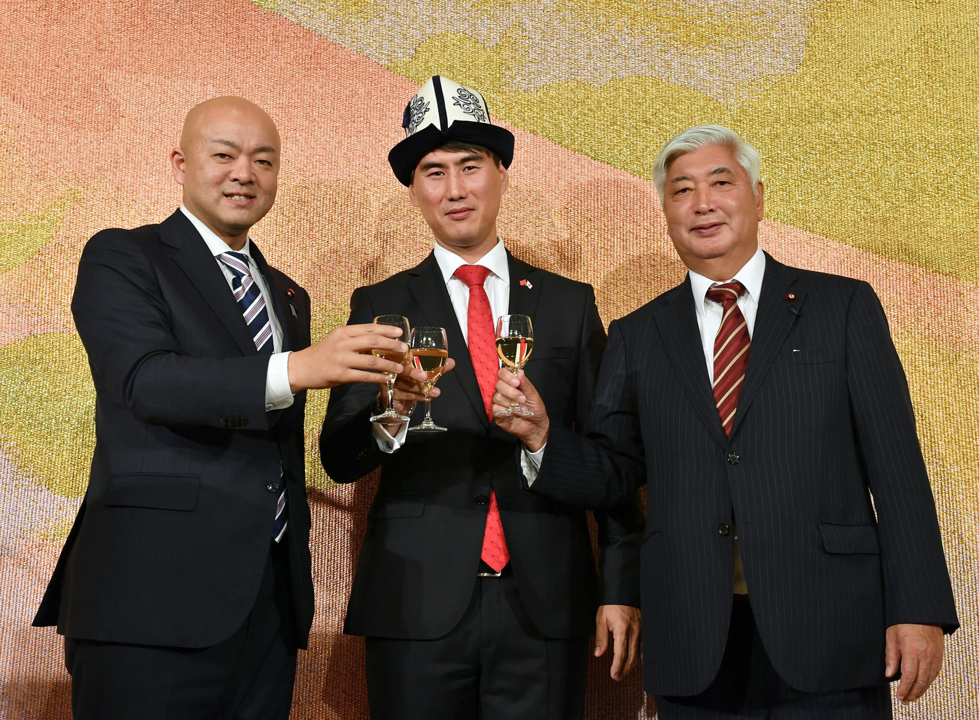 Kyrgyz Ambassador Chingiz Aidarbekov (center) poses for a photograph with Manabu Horii (left), parliamentary vice-minister of foreign affairs, and Gen Nakatani (right), head of the Japan-Kyrgyz Parliamentary Friendship League, during a reception at Imperial Hotel in Tokyo on Nov. 20 to celebrate the country's independence day. |  YOSHIAKI MIURA