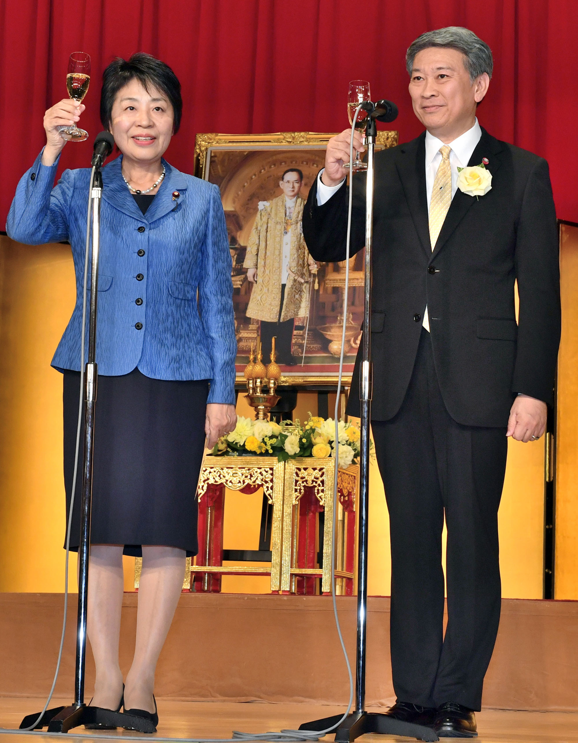 Thai Ambassador Bansarn Bunnag (right) and Justice Minister Yoko Kamikawa celebrate Thailand's national day at the Imperial Hotel on Dec. 5. |  YOSHIAKI MIURA