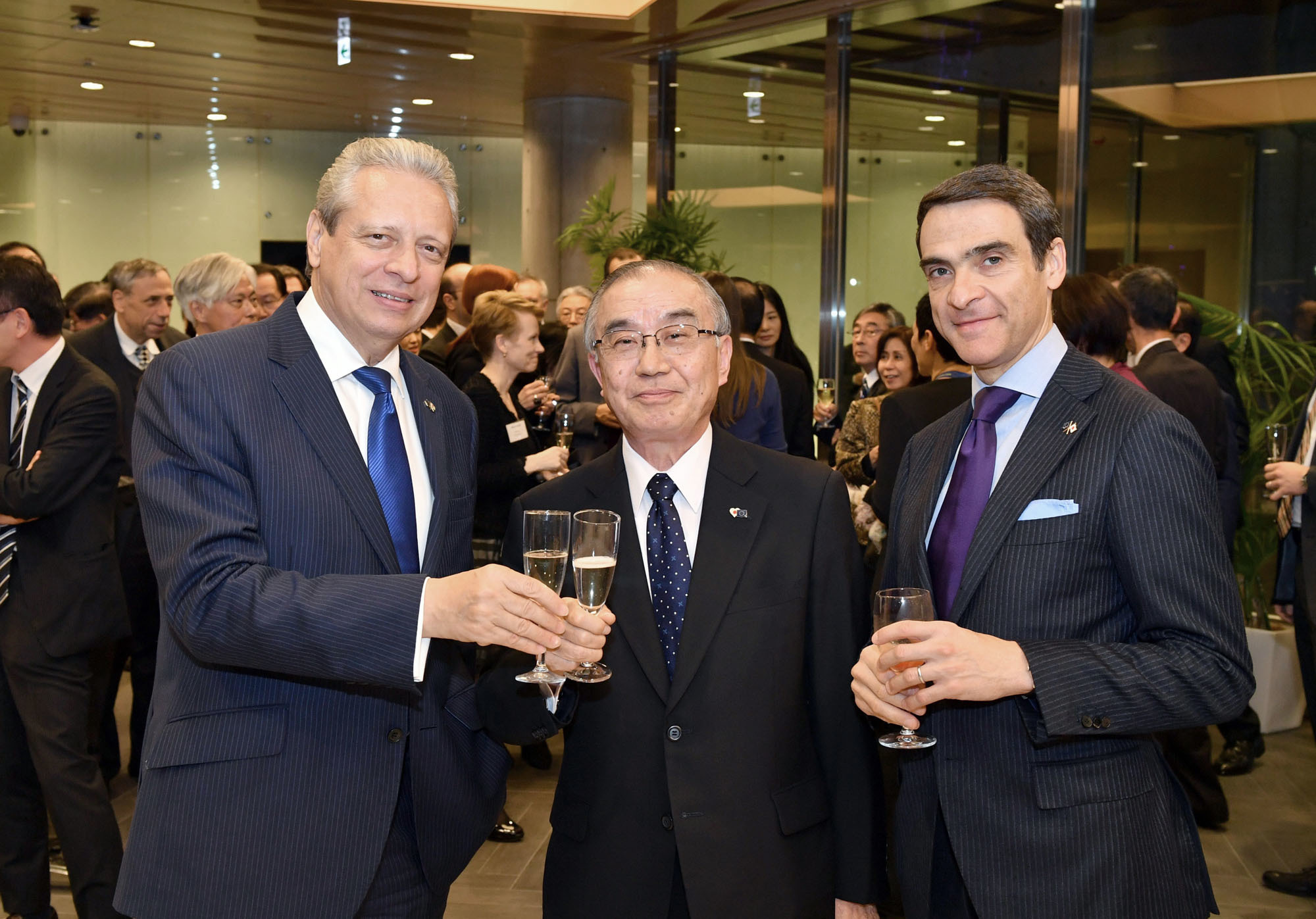 Viorel Isticioaia-Budura (left), ambassador of the Delegation of the European Union of Japan, poses for a photo alongside Toshiro Tanaka (center), professor emeritus at Keio University, and Francesco Fini, deputy head of the delegation, during a year-end party at Europa House in Tokyo on Dec. 7. |  YOSHIAKI MIURA