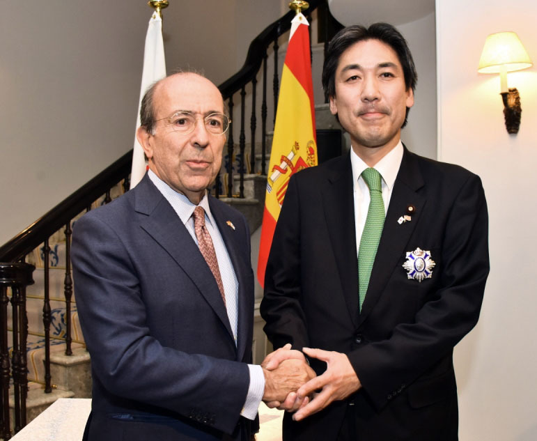 Spanish Ambassador Gonzalo de Benito (left) shakes hands with Minoru Kiuchi, former state minister for foreign affairs and a member of Japan-Spain Parliamentary Friendship League, after presenting him with an Order of Civil Merit at the ambassador's residence on Dec. 12. |   COURTESY OF THE SPANISH EMBASSY