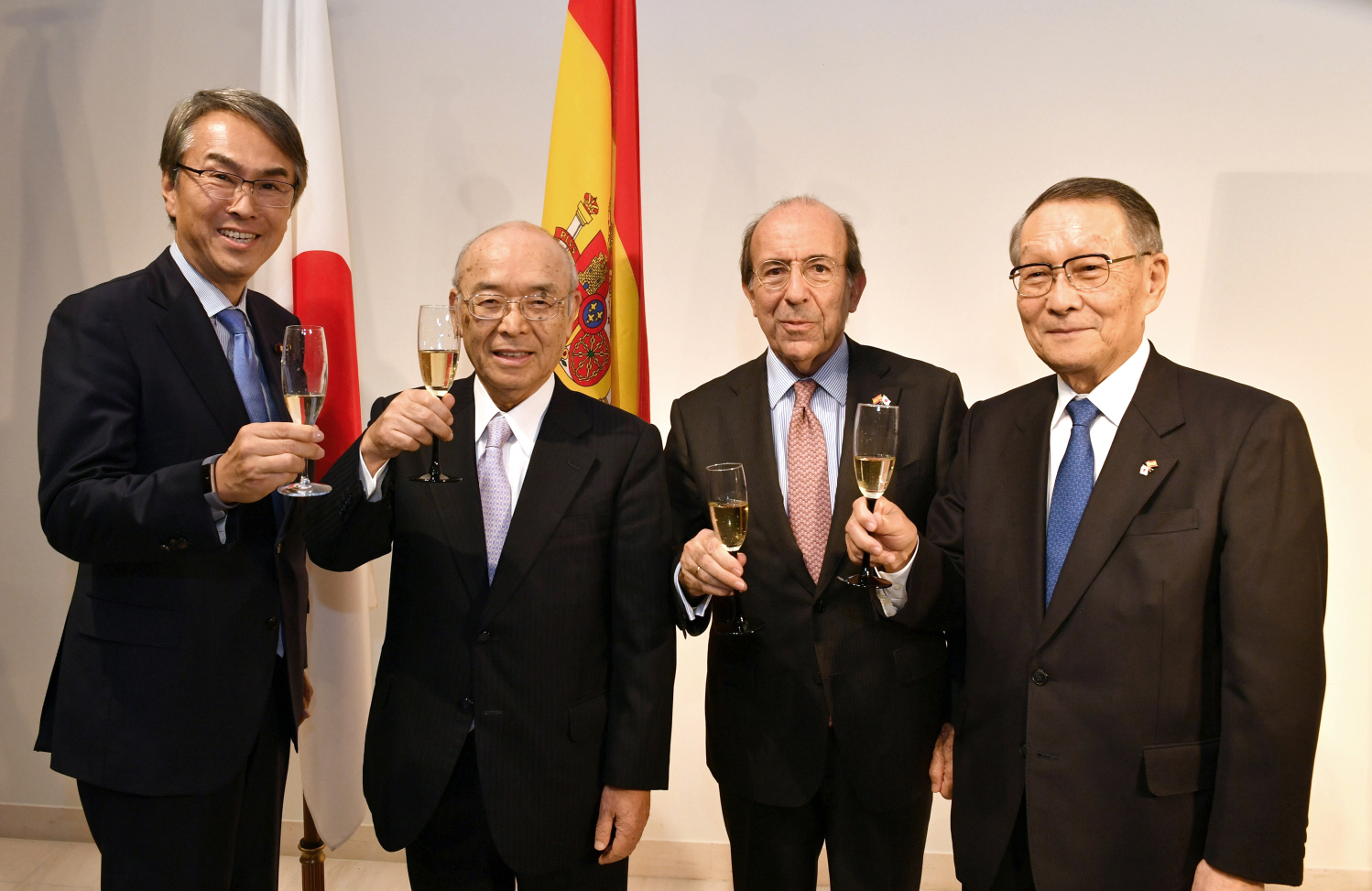 Above left: State Minister for Foreign Affairs Kazuyuki Nakane speaks during an event to celebrate the 150th anniversary of the establishment of diplomatic relations between Spain and Japan at the Spanish Embassy on Jan. 24. Above right: Spanish Ambassador Gonzalo de Benito (second from right) poses for a photo with (from left) Nobuteru Ishihara, a member of the Japan-Spain Parliamentary Friendship League; Shinichi Yokoyama, former chairman of the Board of Sumitomo Life Insurance Co. and domestic chairman of the Japan-Spain Symposium; and Mikio Sasaki, senior corporate adviser of Mitsubishi Corp. and chairman of the Japan-Spain Business Cooperation Committee. | YOSHIAKI MIURA, COURTESY OF THE SPANISH EMBASSY