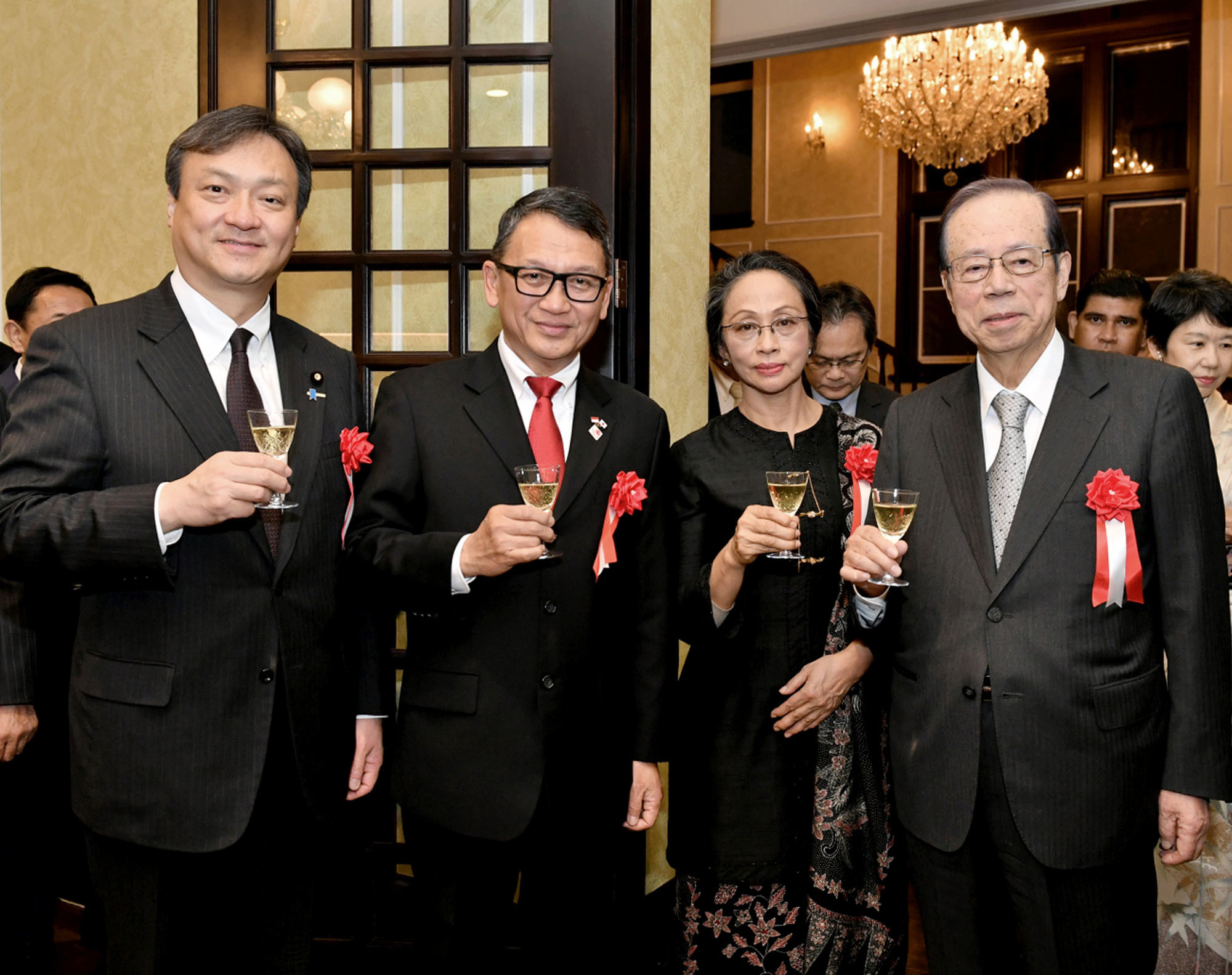 Indonesian Ambassador Arifin Tasrif (second from left), and his wife, Ratna Mirah, welcome Parliamentary Vice-Minister for Foreign Affairs Iwao Horii (left) and Yasuo Fukuda, former prime minister and president of the Japan-Indonesia Association, during a reception at the ambassador's residence on Jan. 24 to celebrate the 60th anniversary of diplomatic relations between Indonesia and Japan. |  YOSHIAKI MIURA