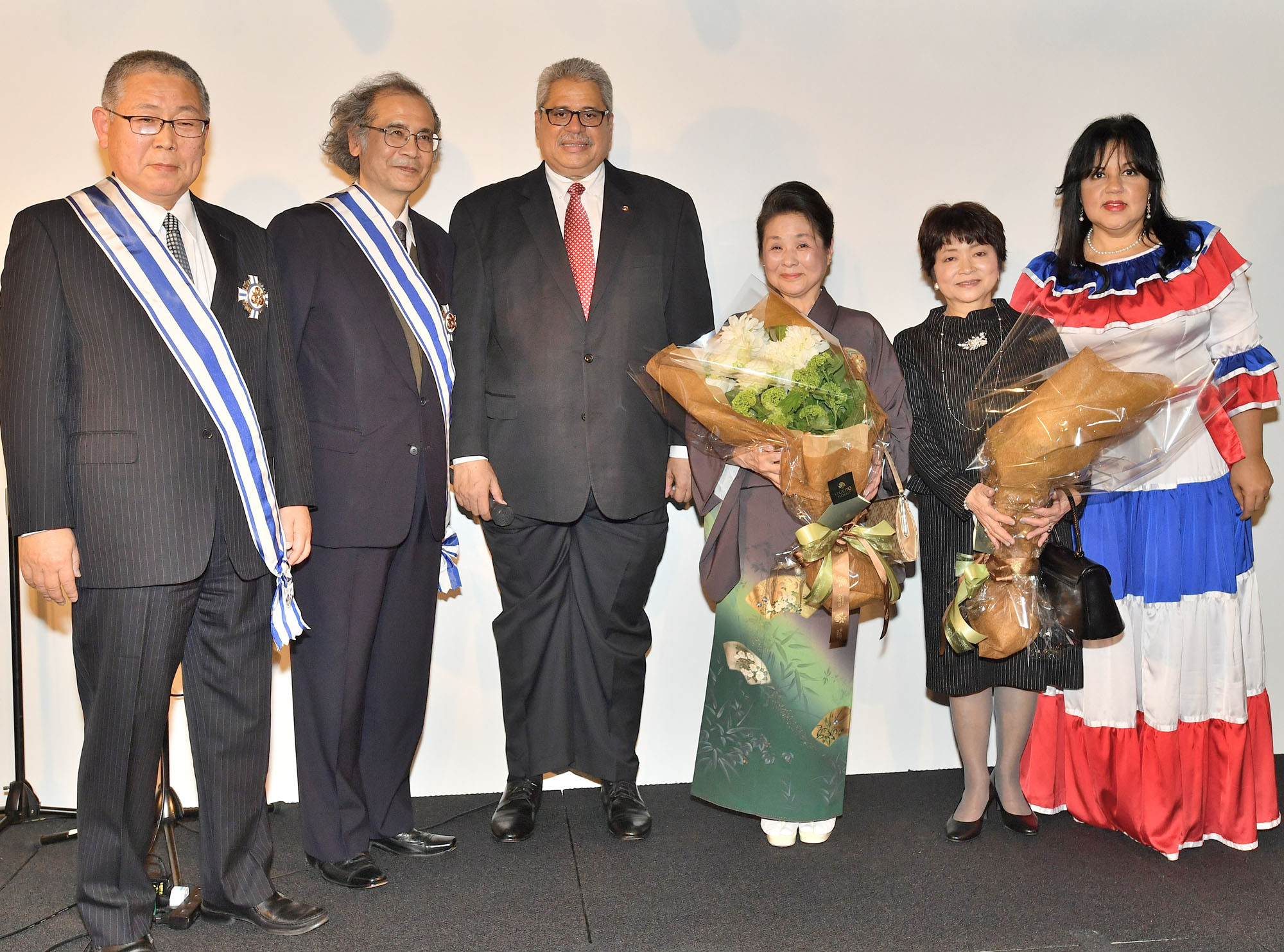 Dominican Ambassador Hector Dominguez (third from left) joins Takashi Fuchigami (left) and Soichi Sato (second from left), former ambassadors to the Dominican Republic, at a decoration ceremony at the Cervantes Institute in Tokyo on Feb. 27. Fuchigami and Sato received an Order of Merit during      a reception to mark the 174th anniversary of the Dominican Republic's independence. The former envoys are joined by their wives (from left), Noriko and Hiroko, as well as Alexandra Alvarez. | YOSHIAKI MIURA
