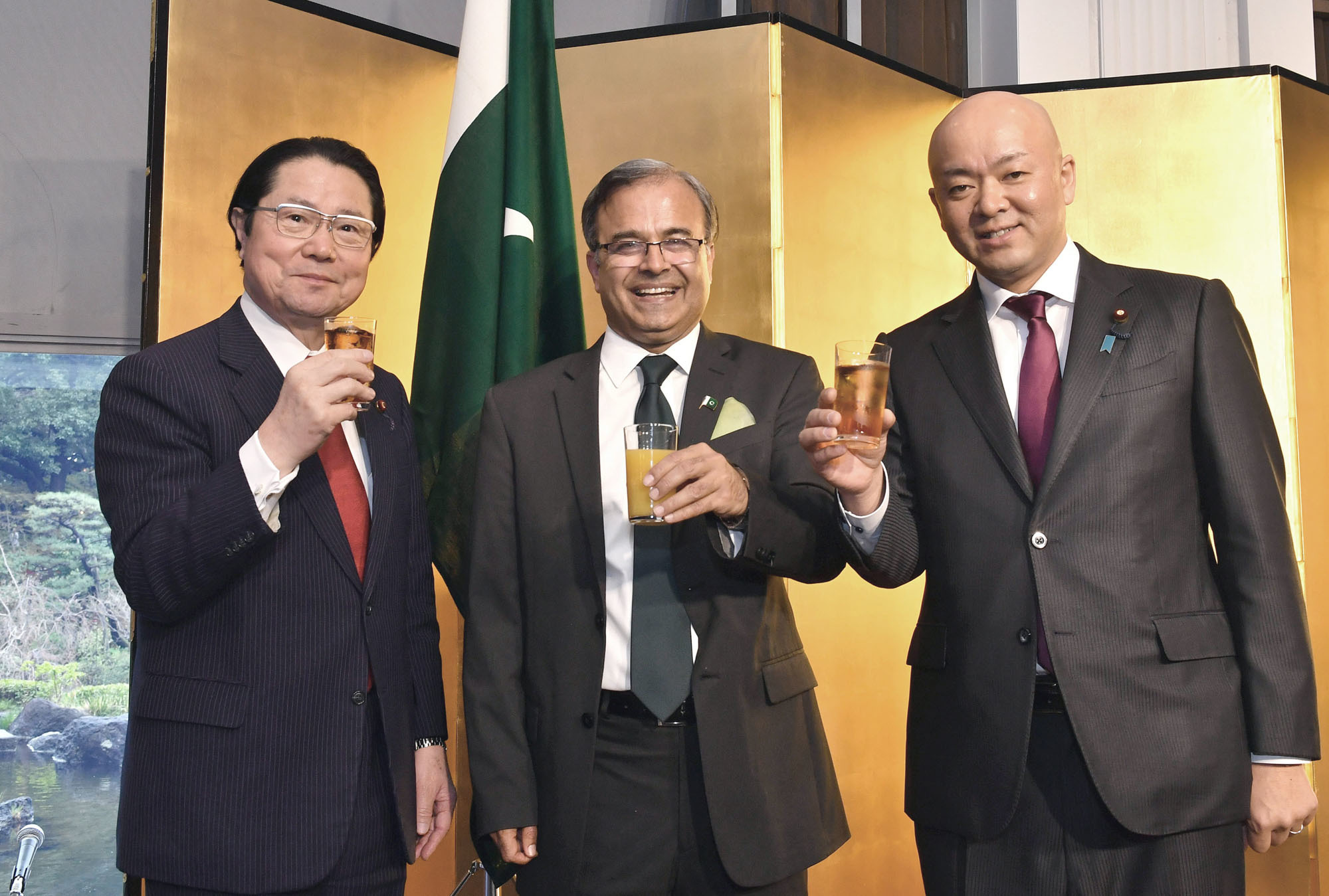 Pakistan Ambassador Asad Majeed Khan (center) joins President of Japan-Pakistan Parliamentarians Friendship League, Seishiro Eto (left), and Parliamentary Vice-Minister for Foreign Affairs Manabu Horii during a reception to celebrate the National Day of the Islamic Republic of Pakistan at Hotel New Otani Tokyo on March 22. |   YOSHIAKI MIURA