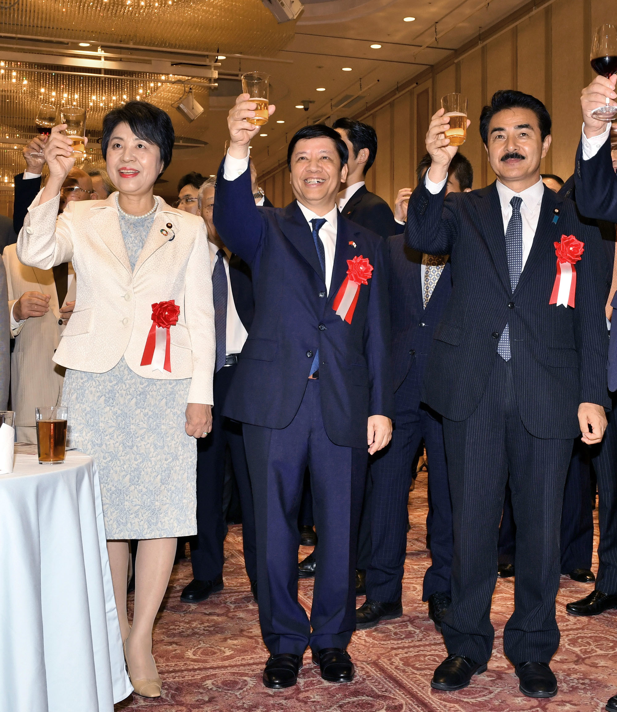 Vietnamese Ambassador Nguyen Quoc Cuong (center) poses for a photo with Justice Minister Yoko Kamikawa (left) and State Minister for Foreign Affairs Masahisa Sato (right) at a reception to celebrate Vietnmese national day at Meiji Kinenkan in Tokyo on Aug. 31. |  YOSHIAKI MIURA