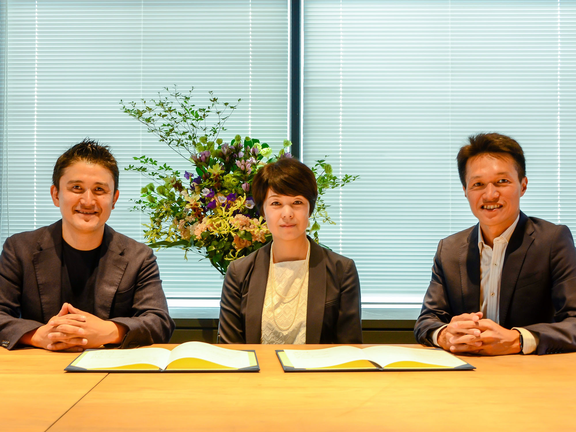Minako Suematsu, chairperson of The Japan Times (center), and Sharing Economy Association, Japan directors Yuji Ueda, CEO of Gaiax Co. Ltd. (right), and Daisuke Shigematsu, CEO of Space Market Inc., sign an agreement in Tokyo on Sept. 5 to strengthen the Satoyama consortium's efforts to pass on information on the local economy. |   SHINOBU YAMADA