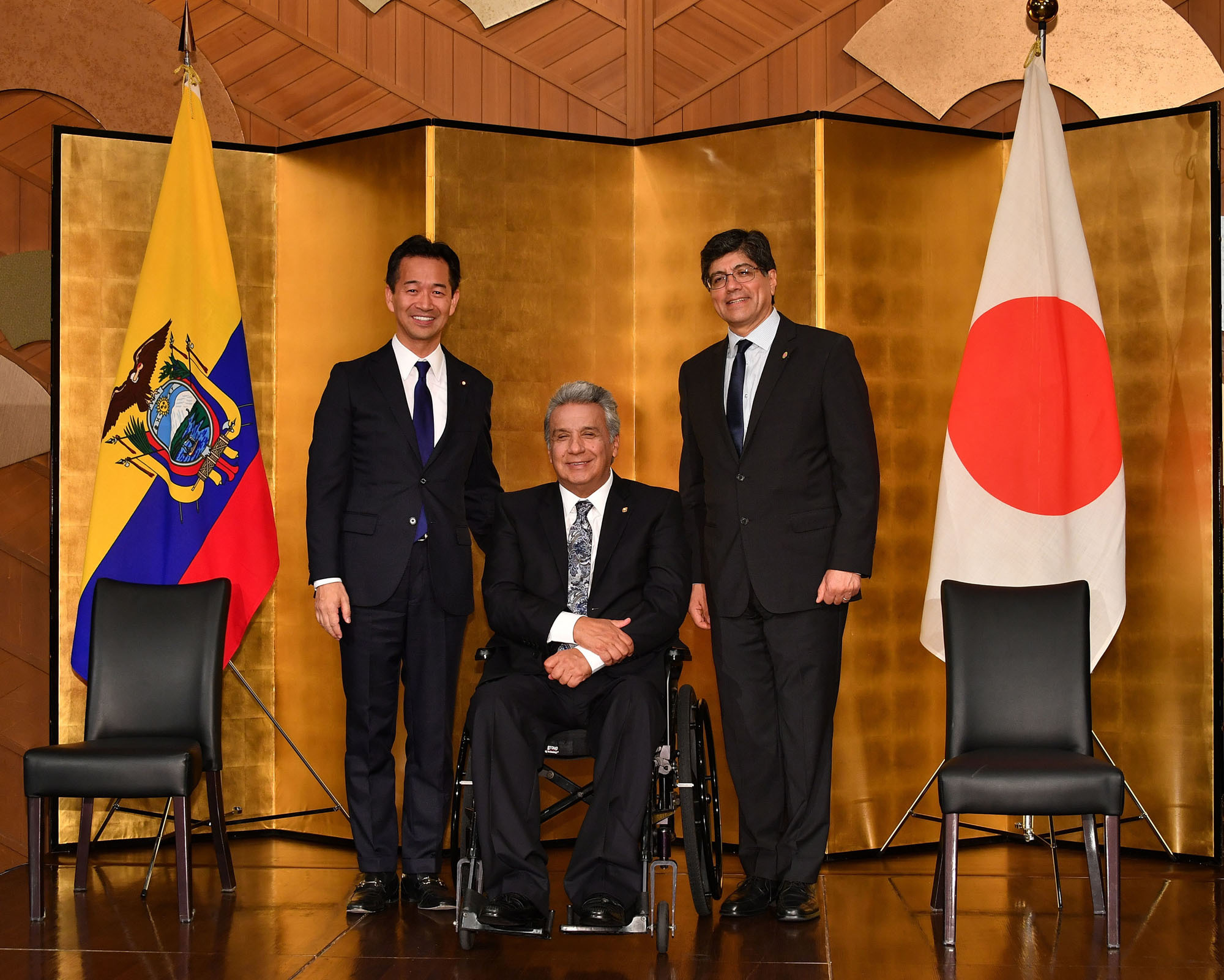 Ecuadorian President Lenin Moreno Garces (center) poses for a photo with Mitsunari Okamoto (left), parliamentary vice-minister for foreign affairs, and Jose Valencia, minister for foreign affairs and human mobility of Ecuador, during a reception to celebrate the 100th anniversary of the establishment of diplomatic relations between Ecuador and Japan at Hotel New Otani in Tokyo on Sept. 6. |  YOSHIAKI MIURA